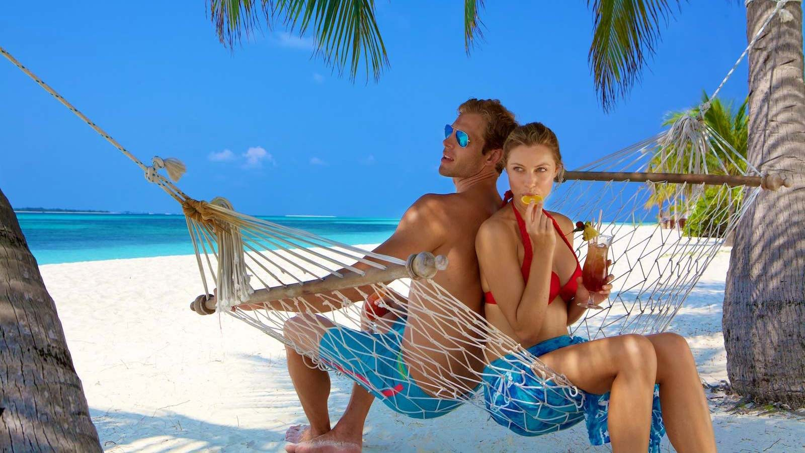 kuredu-hammock-couple-with-cocktails-1600x900